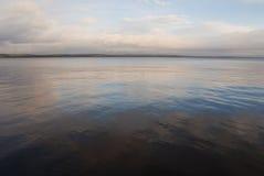 Étendue de matin sans vent du lac Onega images stock