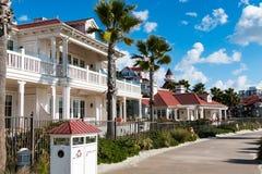 Étendues de promenade après des cottages de village de plage à l'hôtel Del Coronado Image stock