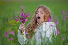 Éternuement d'enfant allergique pour fleurir le pollen Photo stock