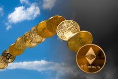 Éther et bitcoin se levant et tombant du ciel photo libre de droits