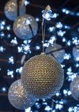 Étincelle de décoration de boule d'arbre de Noël Photographie stock