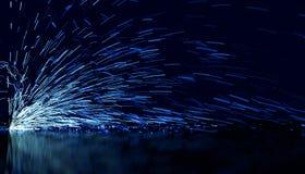 Étincelles débordantes bleues image libre de droits
