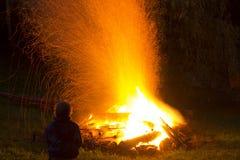 Étincelles du feu augmentant au-dessus de l'endroit du feu en bois image stock