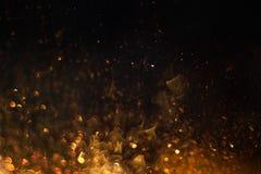 Étincelles du feu rougeoyant dans l'obscurité images stock
