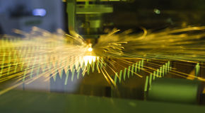 Étincelles lumineuses de métal industriel d'acier de coupe de laser de commande numérique par ordinateur Photos libres de droits