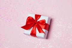 Étincelles rouges d'arc et de scintillement de boîte-cadeau 6èmes sur le fond rose Concept de jour du ` s de St Valentine Photo stock