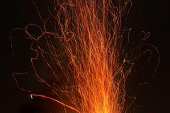 Étincelles sur un fond noir Étincelles du feu photographie stock libre de droits