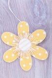 Étiquette assez en pastel de cadeau de fleur de point de polka Photographie stock