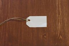 Étiquette blanche vide sur le fond en bois Image stock