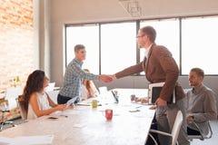 Étiquette d'affaires, association d'entrepreneurs, faisant l'affaire réussie Photo libre de droits