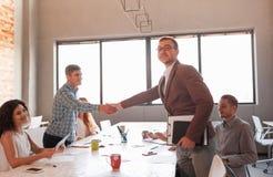 Étiquette d'affaires, association d'entrepreneurs, faisant l'affaire réussie Image stock