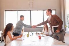 Étiquette d'affaires, association d'entrepreneurs, faisant l'affaire réussie Images stock