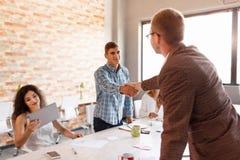 Étiquette d'affaires, association d'entrepreneurs, faisant l'affaire réussie Photos stock