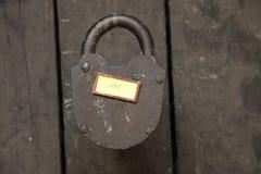 étiquette d'amour et vieux cadenas Images stock