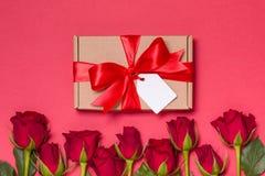 Étiquette d'arc de ruban de cadeau de jour de valentines, roses rouges de fond rouge sans couture, l'espace des textes d'exemplai images stock
