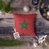 ?tiquette de bonne ann?e avec le drapeau du Maroc sur l'oreiller Concept de d?coration de No?l sur la table en bois avec de beaux images stock