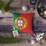 ?tiquette de bonne ann?e avec le drapeau du Portugal sur l'oreiller Concept de d?coration de No?l sur la table en bois avec de be photos stock