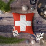?tiquette de bonne ann?e avec le drapeau de la Suisse sur l'oreiller Concept de d?coration de No?l sur la table en bois avec de b image libre de droits