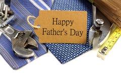 Étiquette de cadeau de jour de pères avec des outils et des liens Photographie stock libre de droits