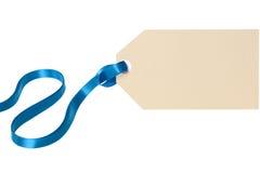 Étiquette de cadeau de Noël avec le ruban bleu d'isolement sur le fond blanc Image libre de droits