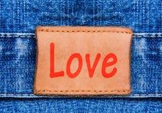Étiquette de cuir de jeans de plan rapproché avec amour des textes Photographie stock libre de droits