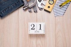 Étiquette de jour de pères avec des outils et cadre de liens sur le bois Photographie stock libre de droits