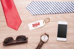 Étiquette de jour de pères avec des outils et cadre de liens sur le bois Images libres de droits