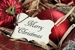 Étiquette de Joyeux Noël et ornements de Noël Photographie stock libre de droits