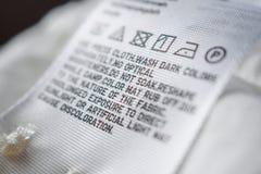 Étiquette de label de tissu avec des instructions de soin de blanchisserie images libres de droits