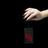 Étiquette de vente sur la main de femmes avec le signe de pour cent Image libre de droits