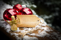 Étiquette en bois avec l'ange et les boules de Noël Photographie stock