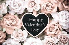 Étiquette en bois heureuse du jour de valentine avec des roses Photos stock