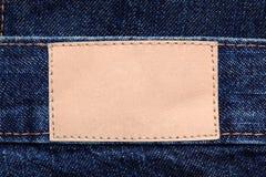 Étiquette en cuir blanc sur les jeans image stock