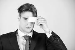 Étiquette et éthique d'affaires carte de visite professionnelle de crédit ou de visite de prise d'homme d'affaires, étiquette d'a Photo stock