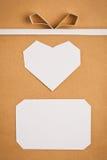 Étiquette et coeur de papier fabriqué à la main sur le papier d'emballage comme fond. Image stock
