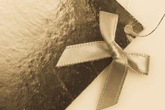 étiquette et proue de cadeau sur le fond blanc Image libre de droits