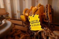 Étiquette hors service attachée sur le chariot de levage à poutre de défaut défectueux images stock