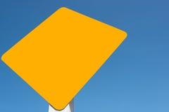 Étiquette jaune à l'arrière-plan de ciel bleu Photographie stock libre de droits