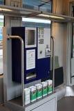 Étiquette la machine de vente dans le train Image libre de droits