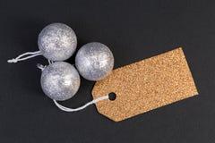 Étiquette ou label d'or vide de vacances avec les boules argentées photo stock