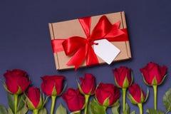 Étiquette romantique d'arc de ruban de cadeau de jour de valentines, roses rouges de fond bleu sans couture, l'espace des textes  photos stock