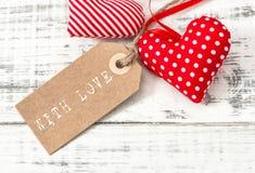Étiquette rouge de papier de décoration de coeurs de valentines avec amour Images stock