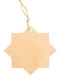 Étiquette vide attachée avec de la ficelle brune d'isolement contre un backgr blanc Photographie stock libre de droits
