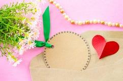 Étiquette vide de papier brun et papier rouge de coeur avec la fleur Photo stock