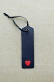 Étiquette vide noire de cadeau avec le coeur d'amour Image stock