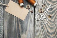 Étiquettes, ciseaux et boutons de papier Photo libre de droits