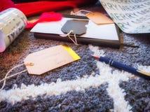 Étiquettes de cadeau d'écriture pendant des cadeaux de Noël Saison des vacances images libres de droits