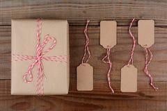 Étiquettes de paquet enveloppées par plaine et de cadeau Photographie stock libre de droits