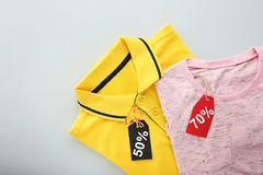 Étiquettes de vente avec des vêtements Images stock
