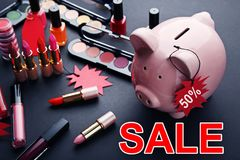 Étiquettes de vente avec la tirelire et les cosmétiques Photographie stock libre de droits